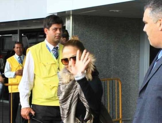 Jennifer Lopez desembarca no Rio de Janeiro e acena para os fãs. Ela irá curtir o Carnaval no camarote Brahma, na Sapucaí.