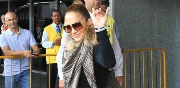 Jennifer Lopez desembarca no Rio e acena para os fãs. Ela irá curtir o Carnaval no camarote Brahma, na Sapucaí.