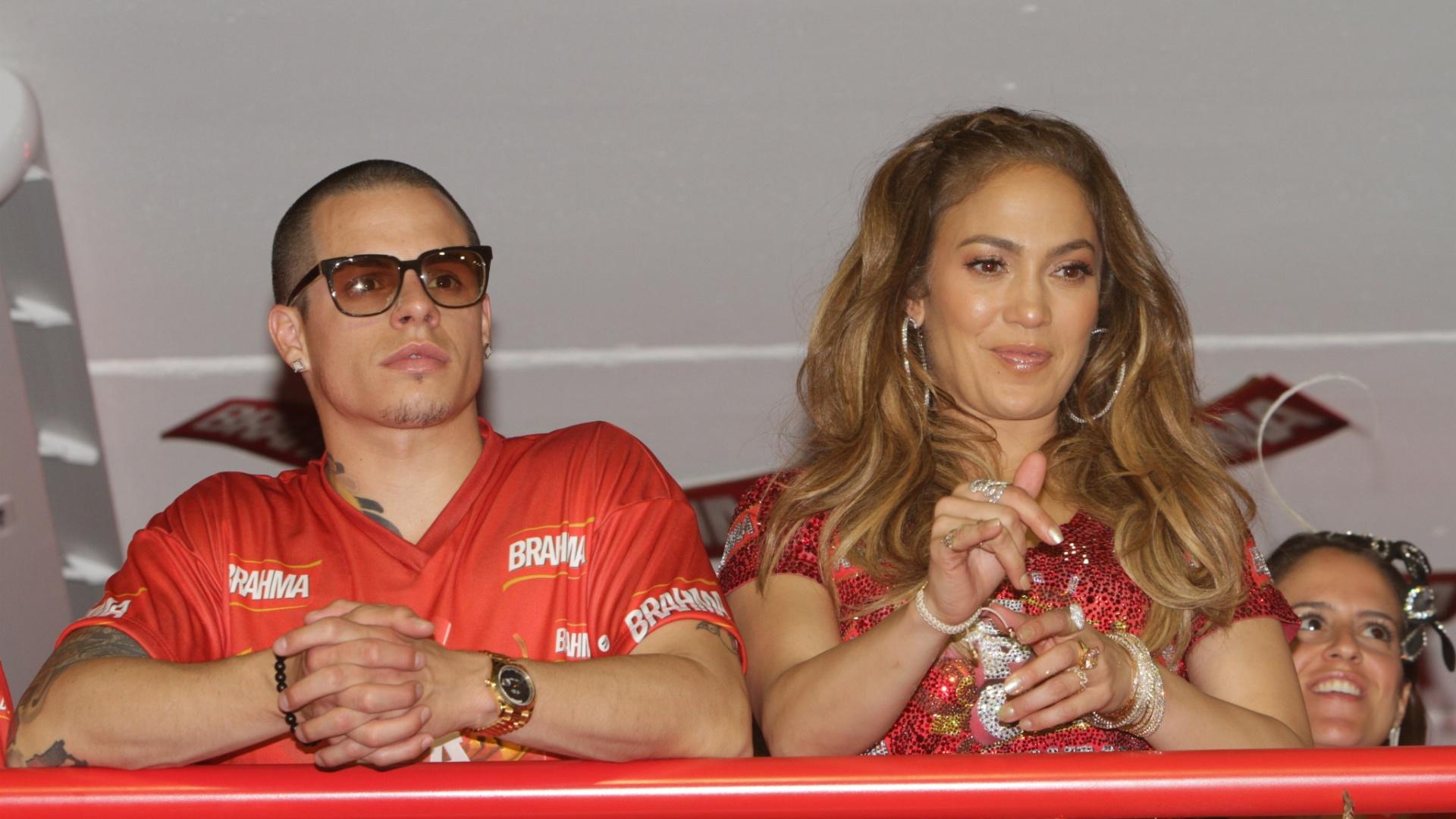 Jennifer Lopez e Casper Smart assistem ao primeiro dia de desfiles do Rio no camarote da Brahma (19/2/12)