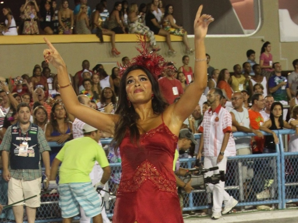 Juliana Paes abre o desfile da Viradouro na Sapuca e levanta o pblico. Recentemente ela foi eleita rainha da escola, que atualmente faz parte do grupo de acesso do Rio de Janeiro (18/2/12)