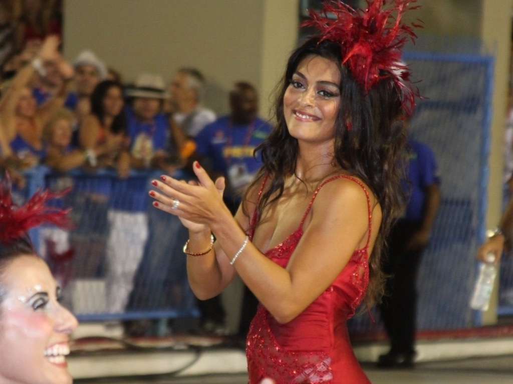 Juliana Paes abre o desfile da Viradouro na Sapuca e mostra que tem samba no p. Recentemente ela foi eleita rainha da escola, que atualmente faz parte do grupo de acesso do Rio de Janeiro (18/2/12)