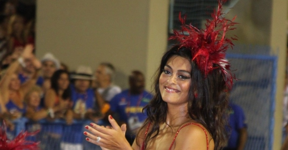Juliana Paes abre o desfile da Viradouro na Sapucaí e mostra que tem samba no pé. Recentemente ela foi eleita rainha da escola, que atualmente faz parte do grupo de acesso do Rio de Janeiro (18/2/12)