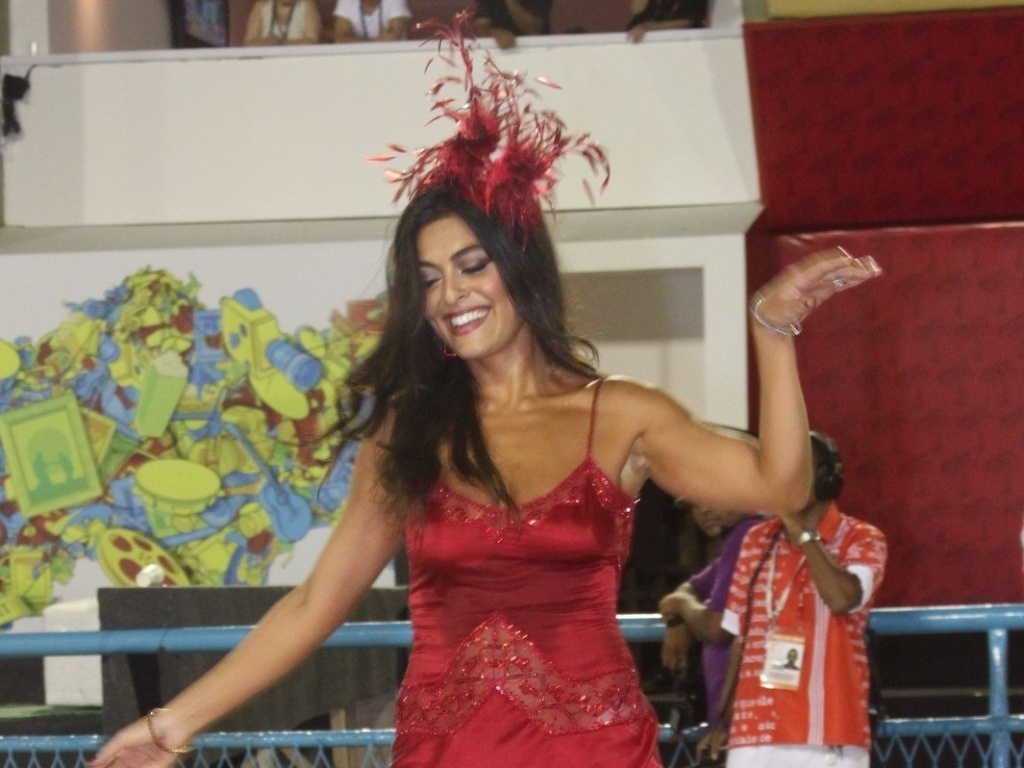 Juliana Paes abre o desfile da Viradouro na Sapuca. Recentemente ela foi eleita rainha da escola, que atualmente faz parte do grupo de acesso do Rio de Janeiro (18/2/12)