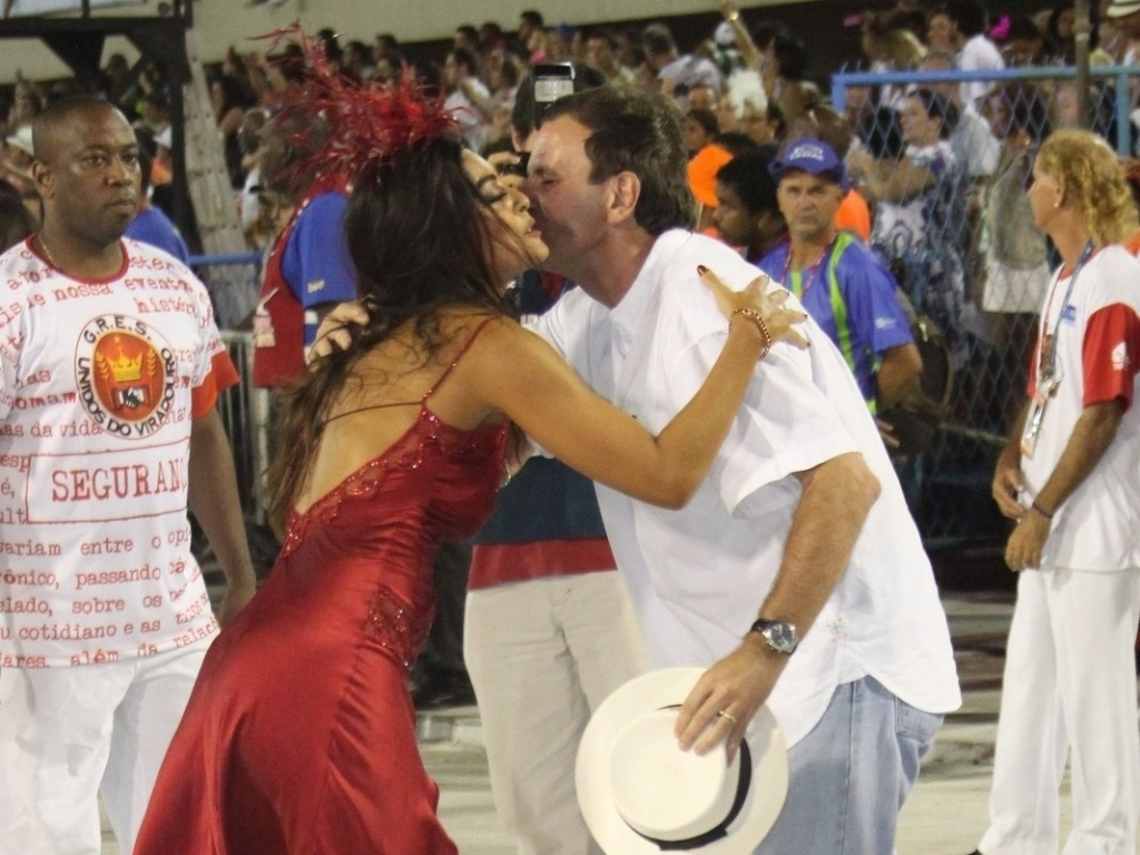 Juliana Paes cumprimenta o prefeito do Rio, Eduardo Paes, no desfile da Viradouro na Sapuca. Recentemente ela foi eleita rainha da escola, que atualmente faz parte do grupo de acesso do Rio de Janeiro (18/2/12)