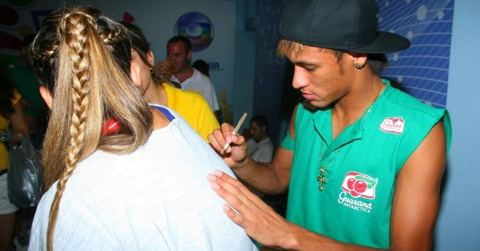 Neymar autografa camiseta de f&#227; no circuito Barra-Ondina do Carnaval de Salvador, Bahia (18/2/12)