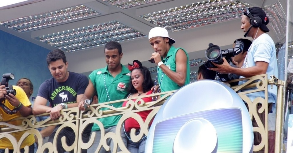 Os jogadores Lucas e Neymar se divertem em camarote do Carnaval de Salvador (19/2/12)