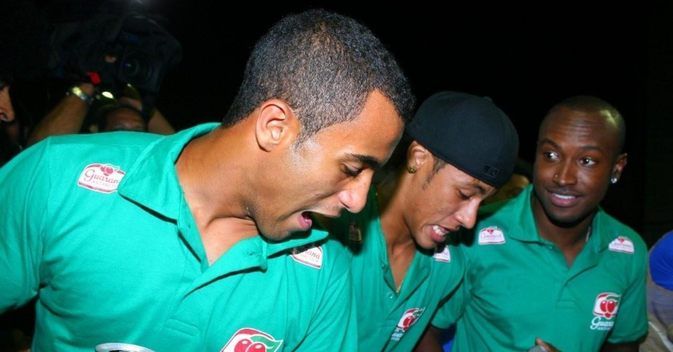 Os jogadores Neymar e Lucas caem no samba em show do Exaltasamba no circuito Barra-Ondina do Carnaval de Salvador, Bahia. O vocalista Thiaguinho observa o desempenho dos garotos (18/2/12)