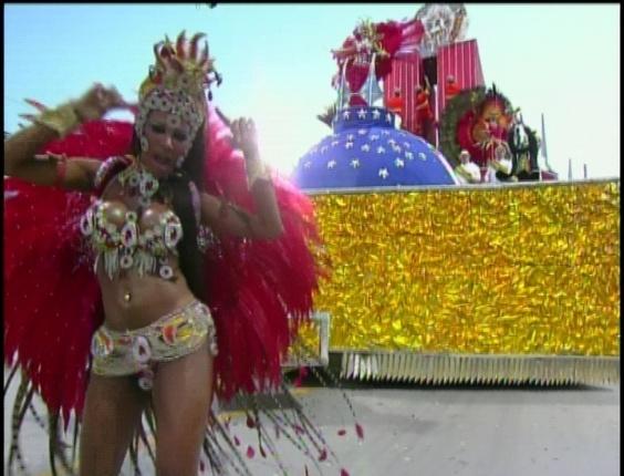 Passista apresenta carro alegórico que pede o fim da corrupção no Distrito Federal em desfile da Tom Maior (19/2/2012)