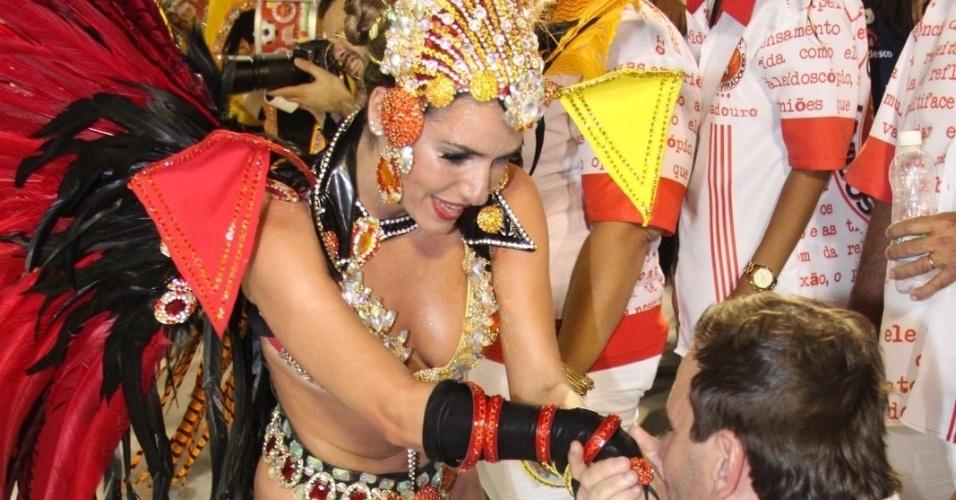 Prefeito do Rio de Janeiro, Eduardo Paes, beija a mão da rainha de bateria da Viradouro, Monique Alfradique (18/2/12)