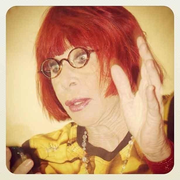 Rita Lee tuíta no camarote, antes de desfilar na Águias de Ouro, durante a madrugada de domingo (19/2/12)