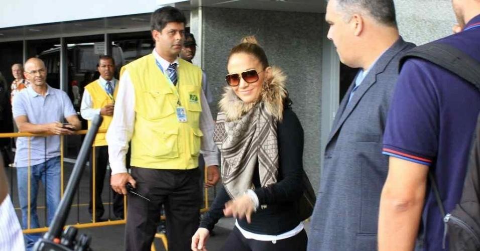Sorridente, Jennifer Lopez desembarca no Rio de Janeiro onde irá curtir o Carnaval no camarote Brahma, na Sapucaí.