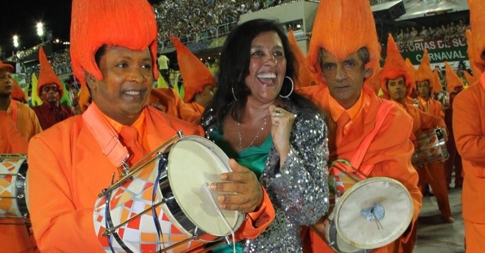A apresentadora Regina Casé dança com membros da bateria da Mocidade Independente na Sapucaí (20/2/2012)