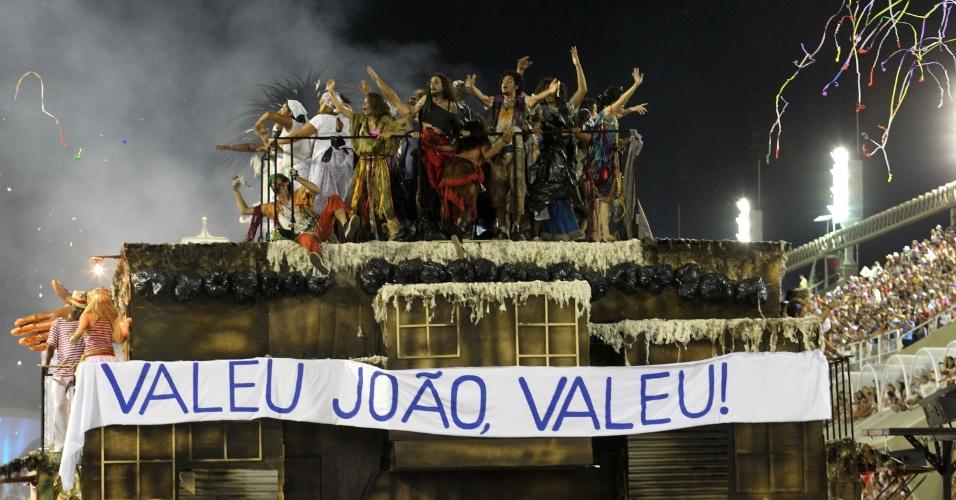 A Beija-Flor de Nilópolis homenageia o carnavalesco Joãsinho Trinta, que morreu em 2011 aos 78 anos (20/2/2012)