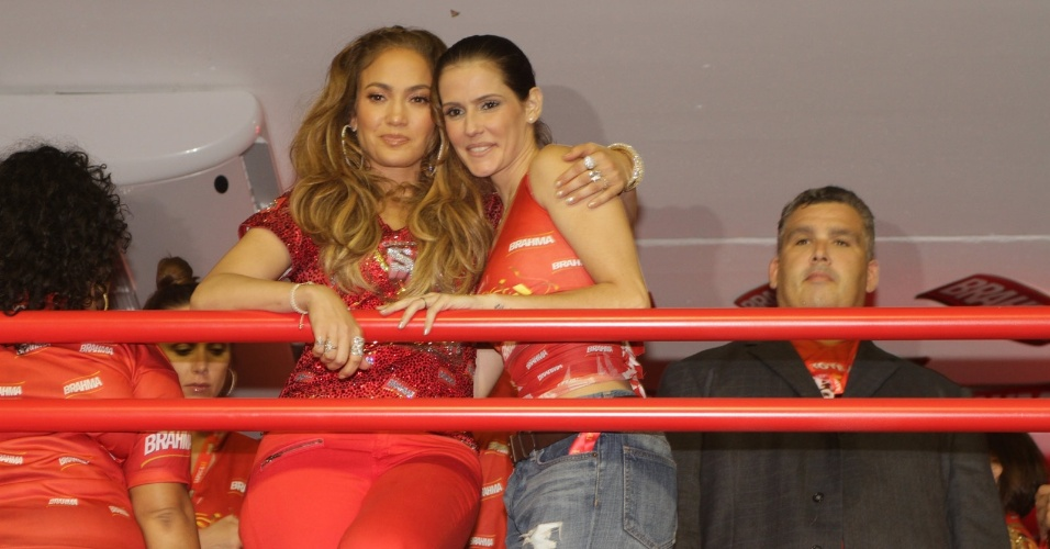 A cantora Jennifer Lopez e a atriz Deborah Secco fazem pose para fot&#243;grafos na Sapuca&#237;, na madrugada de segunda-feira (20/2/12)