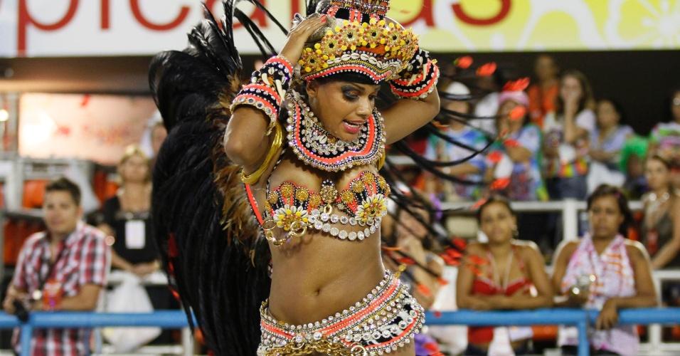 A musa Quitéria Chagas, que é neta de angolana, dança kuduro na avenida (20/2/12)