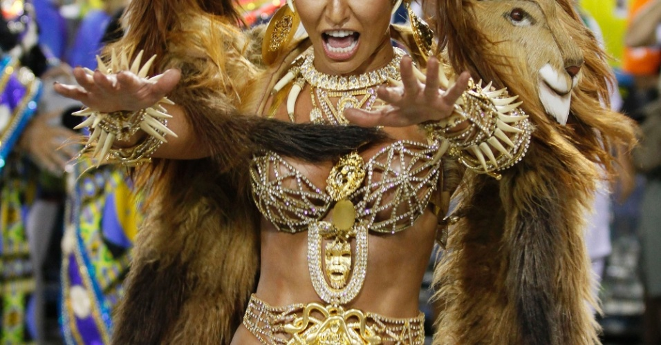 A rainha de bateria, Sabrina Sato, durante o desfile da Vila Isabel (20/2/12)