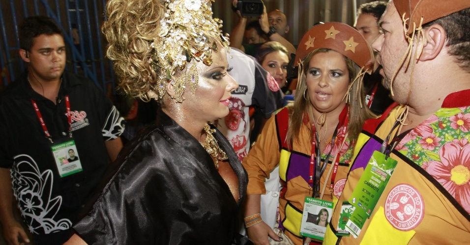 A rainha de bateria Viviane Ara&#250;jo se prepara para o desfile da Salgueiro na Sapuca&#237;, no Rio (20/2/12)