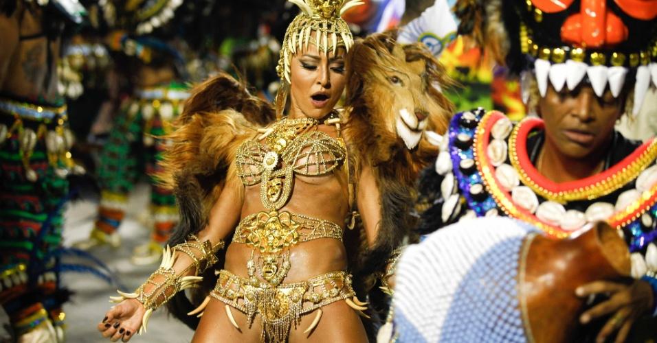 A rainha Sabrina Sato samba com Mart´nália, que toca na bateria  Vila Isabel (20/2/2012)