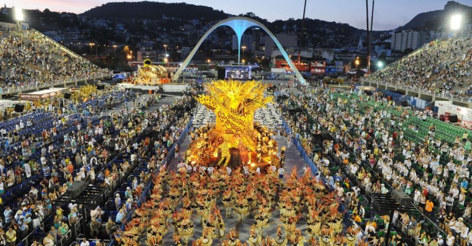 A Vila Isabel fecha a primeira noite de desfiles na Marquês de Sapucaí, A escola entrou na avenida às 5h40 da manhã de segunda-feira (20/2/12)