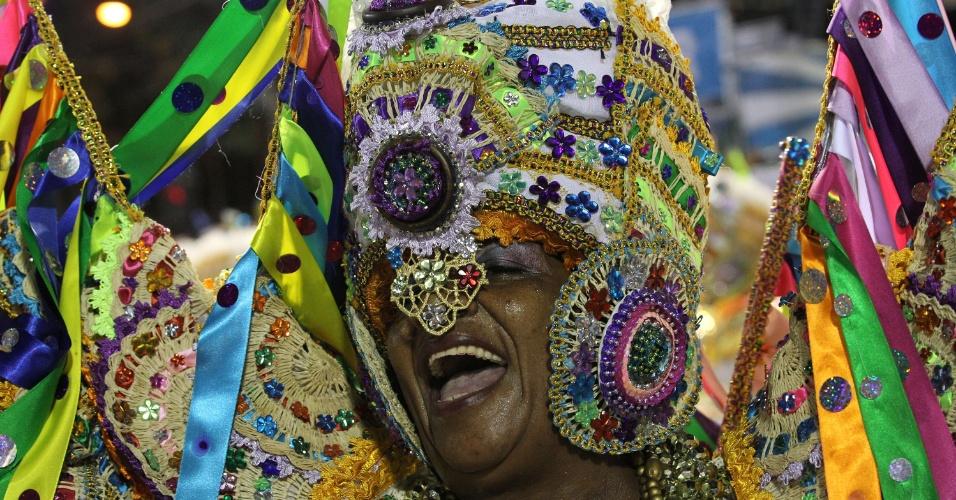 Ala das baianas da Beija-Flor tem roupas feitas com renda e palha de buriti e simbolizam as festas juninas de São Luis do Maranhão (20/2/2012)