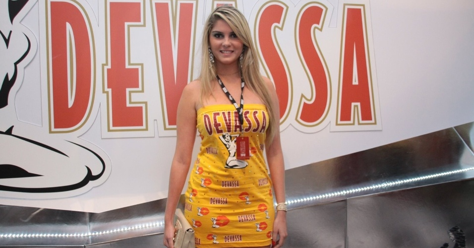 B&#225;rbara Evans chega para curtir o carnaval no camarote Devassa (19/2/12)