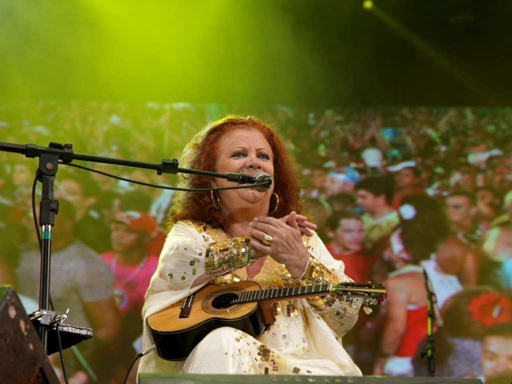 Beth Carvalho cantou para 130 mil foliões no terceiro dia de shows do Carnaval do Recife (20/2/12)