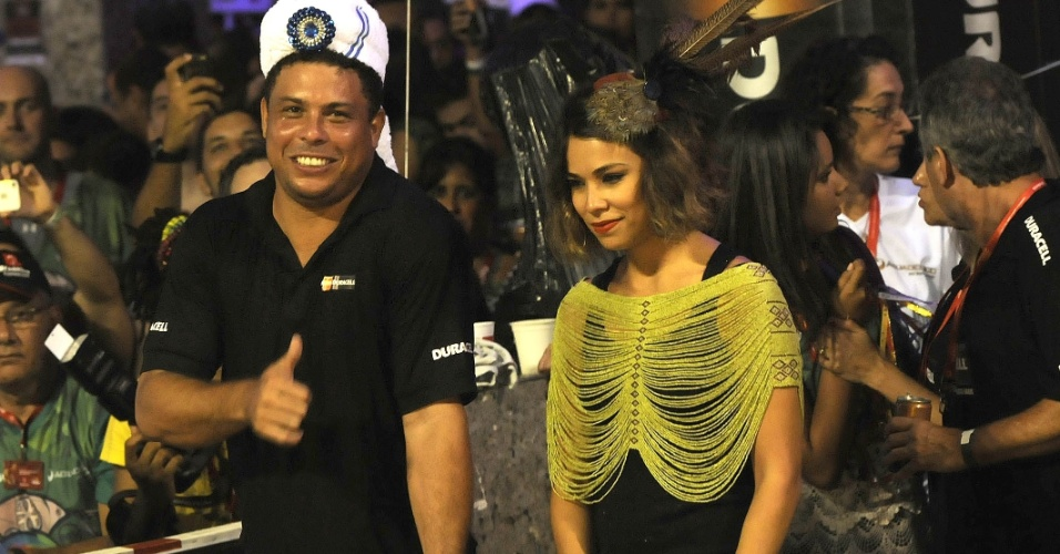Bia Antony e o marido, o ex-jogador Ronaldo, curtem o Carnaval em Salvador, na Bahia (19/2/12)