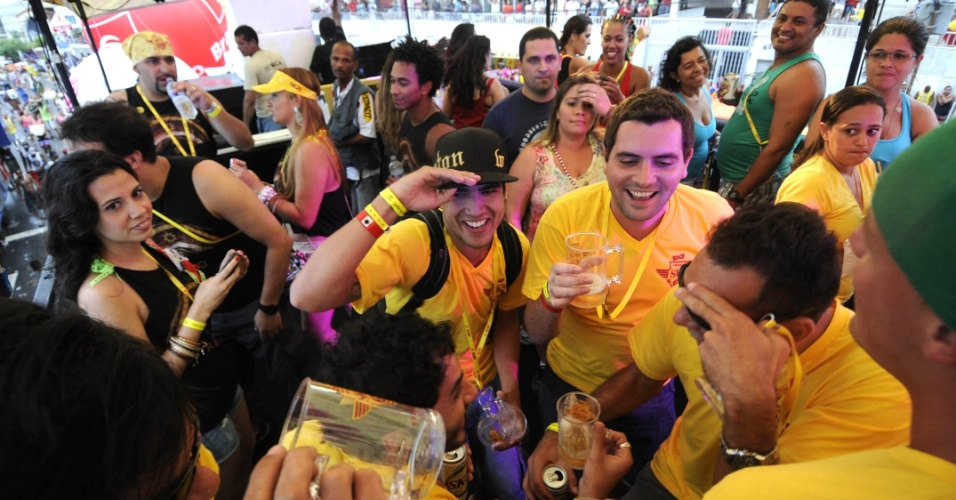 Caio Castro e amigos se divertem no Carnaval de Salvador no circuito Barra-Ondina (Dod&#244;), na Bahia (19/2/12)