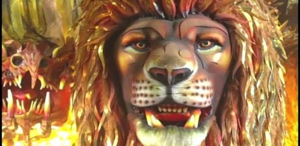 Carro abre alas da Beija-Flor mostra quimera com três cabeças, uma delas é de leão (20/2/2012). As três cabeças foram feitas de pelúcia