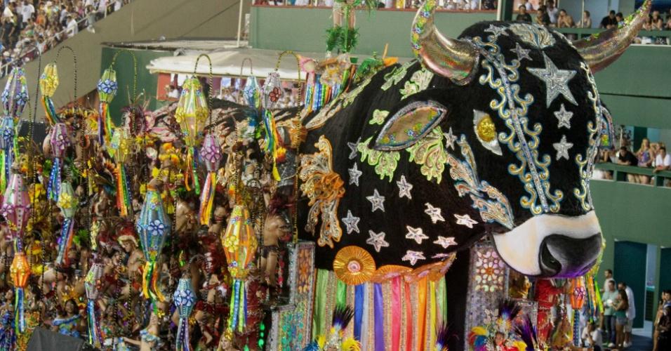 Carro com bumba meu boi mostra cultura maranhense em desfile da Beija-Flor (20/2/2012)