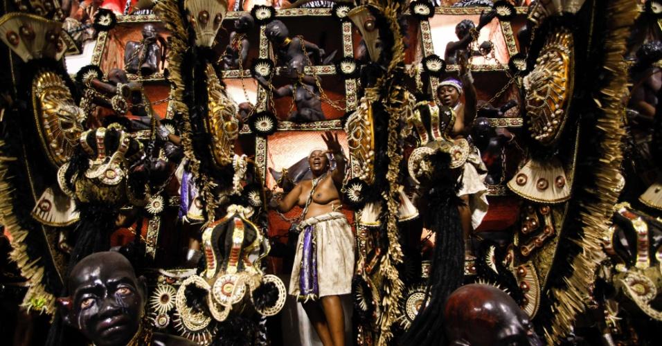 Carro com escravos simboliza a colonização de São Luis no desfile da Beija-Flor (20/2/2012)