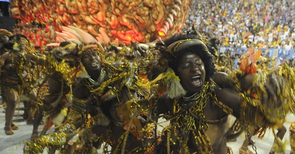 Carro com escravos simboliza a colonização de São Luis no desfile da Beija-Flor (20/2/2012)Carro com escravos simboliza a colonização de São Luis no desfile da Beija-Flor (20/2/2012)