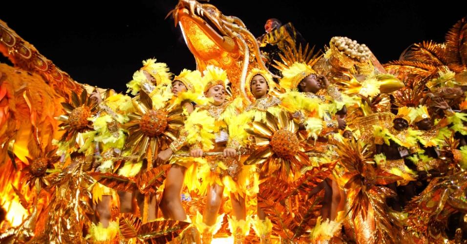 Carro com passistas mirins no desfile da Beija-Flor na Sapucaí (20/2/2012)