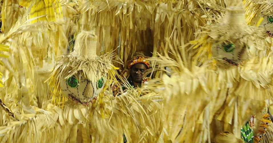 Carro da Mocidade Independente de Padre Miguel mostra espantalho presente em obras de Portinari (20/2/2012)