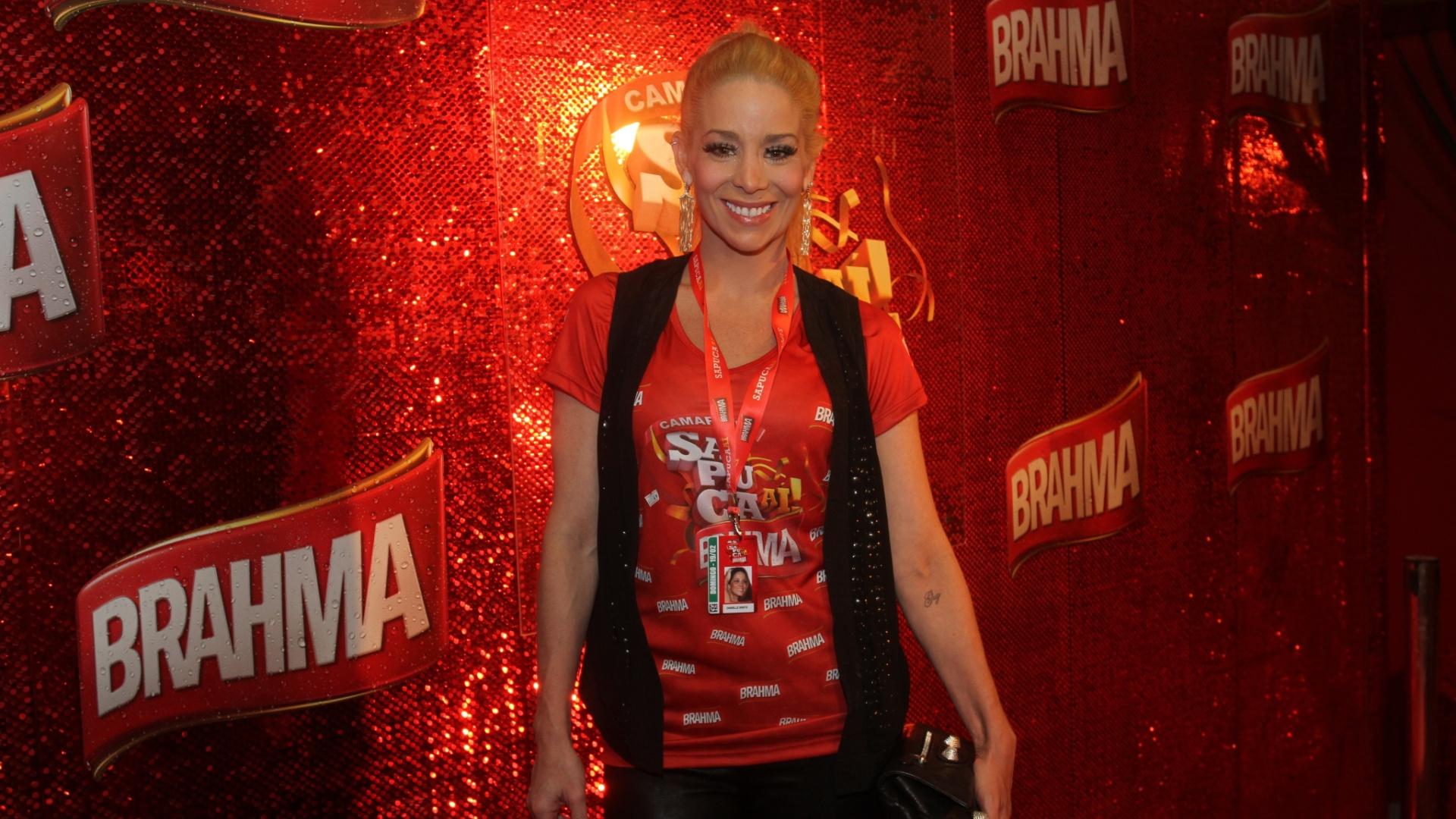Danielle Winits posa para foto no camarote da Brahma (19/2/12)