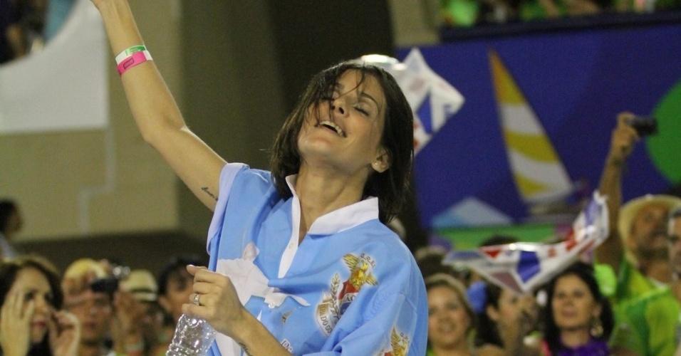 Deborah Secco samba em desfile da União da Ilha do Governador (20/2/12)
