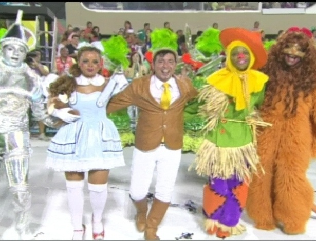 O carnavalesco F&#225;bio Ricardo (ao centro) e integrantes da S&#227;o Clemente represetam &#34;O M&#225;gico de Oz&#34; em desfile na Marqu&#234;s de Sapuca&#237;, no Rio (20/2/12)