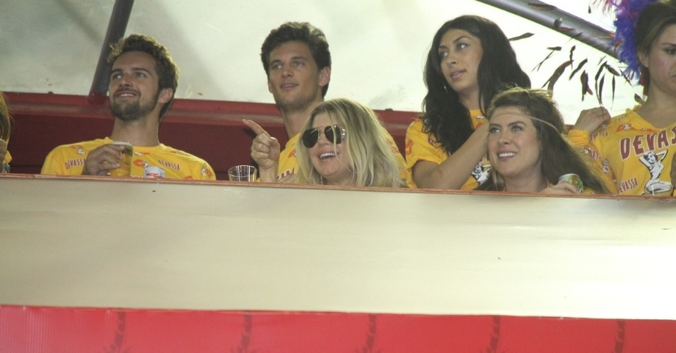 Fergie e amigos curtem desfiles na Sapuca&#237;, no Rio de Janeiro (19/2/12) 