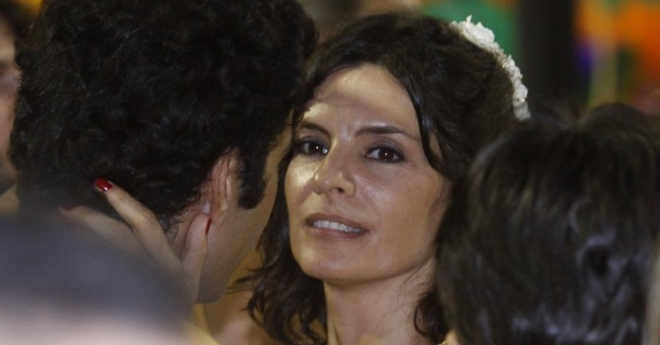 Helena Ranaldi aproveita o Carnaval entre famosos na Sapuca&#237; (20/2/12)