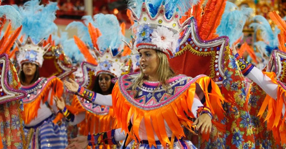Integrantes da Vila Isabel desfilam na Sapucaí, fechando a primeira noite do Carnaval carioca (20/2/12)
