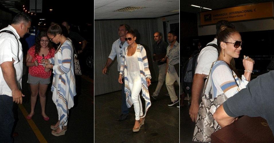 Jennifer Lopez dá autógrafo à fã antes de embarcar de volta aos Estados Unidos no aeroporto do Galeão, no Rio (20/2/12)