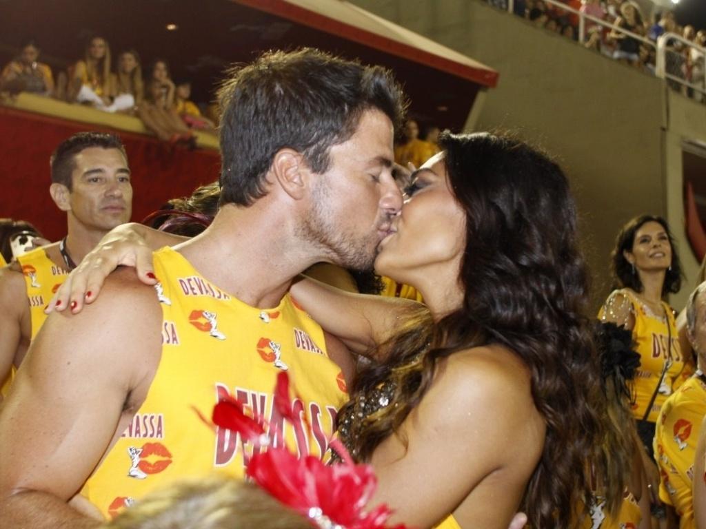 Juliana Paes em clima de romance com o marido, Carlos Eduardo Baptista (20/2/12)