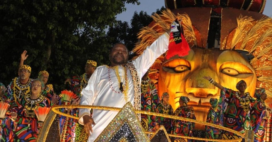 Martinho da Vila desfila no último carro da Vila Isabel, que falou sobre a cultura angolana, na Sapucaí (20/2/12)