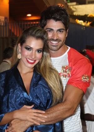 Os ex-BBBs Rodrigão e Adriana curtindo o Carnaval na Sapucaí (20/2/12)