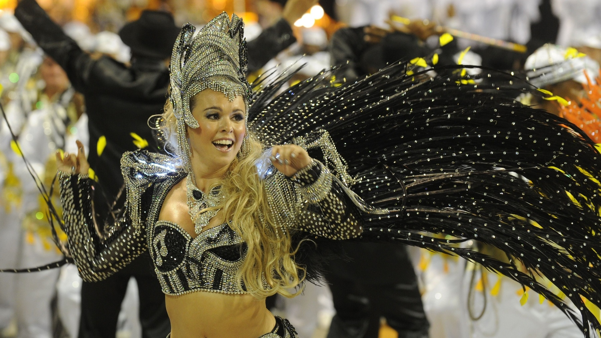 Bruna Almeida, rainha de bateria da So Clemente samba em desfile na Marqus de Sapuca, no Rio (20/2/12)
