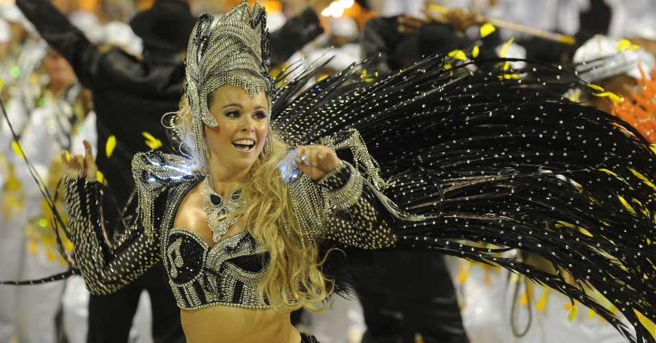 Bruna Almeida, rainha de bateria da S&#227;o Clemente samba em desfile na Marqu&#234;s de Sapuca&#237;, no Rio (20/2/12)