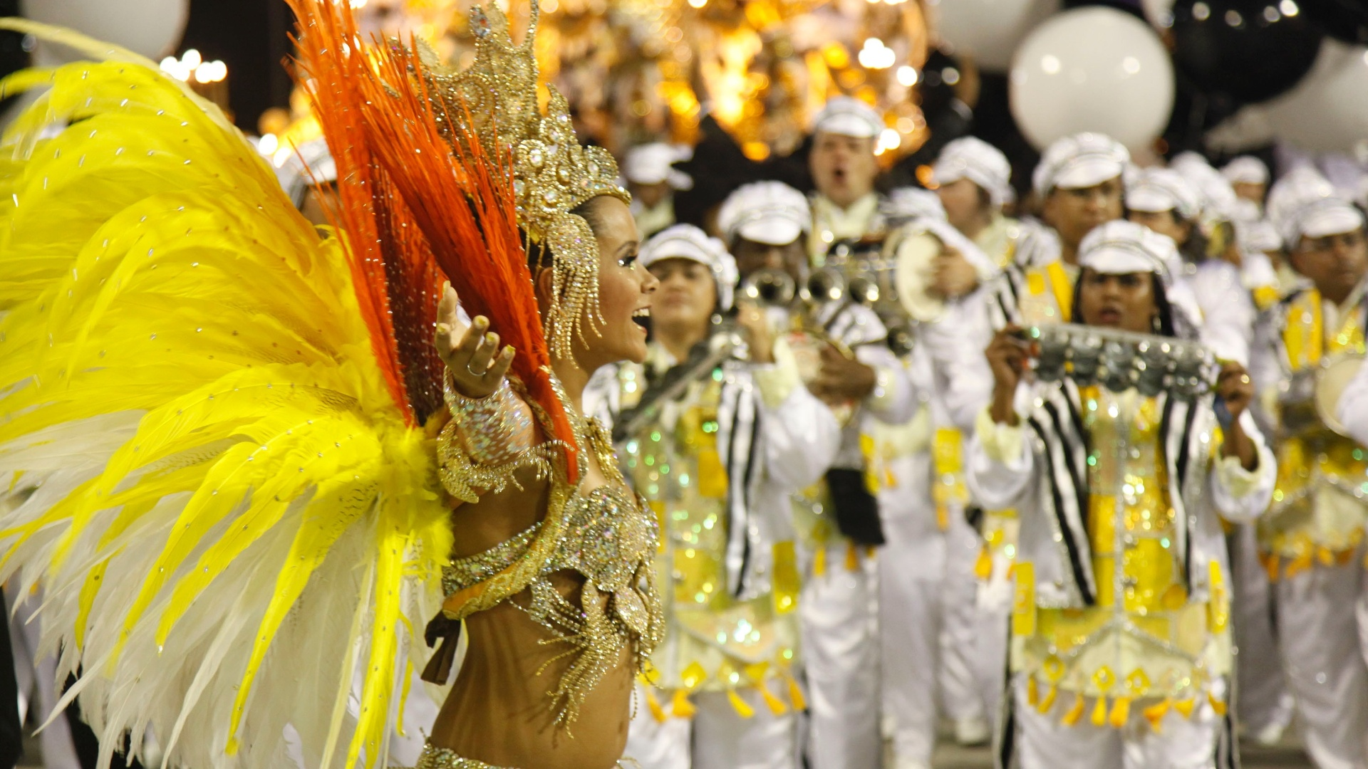 Passista da So Clemente samba em desfile na Marqus de Sapuca, no Rio (20/2/12)