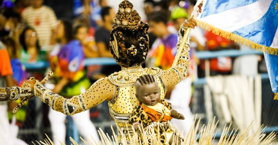 Porta-bandeira homenageia as mães angolanas em desfile da Vila Isabel (20/2/2012)