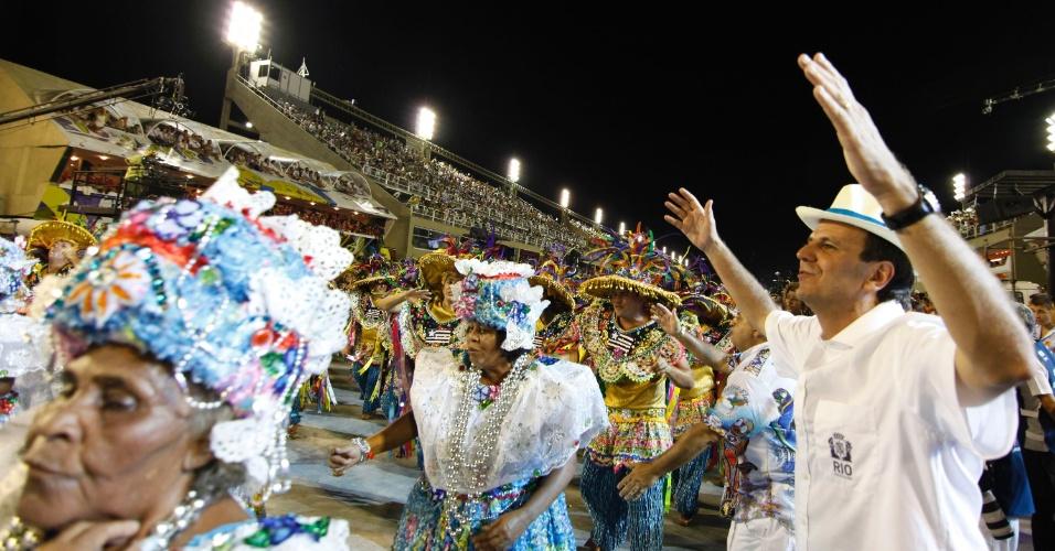 Prefeito do Rio de Janeiro, Eduardo Paes samba durante desfile da Beija-Flor na Sapucaí (20/2/2012)