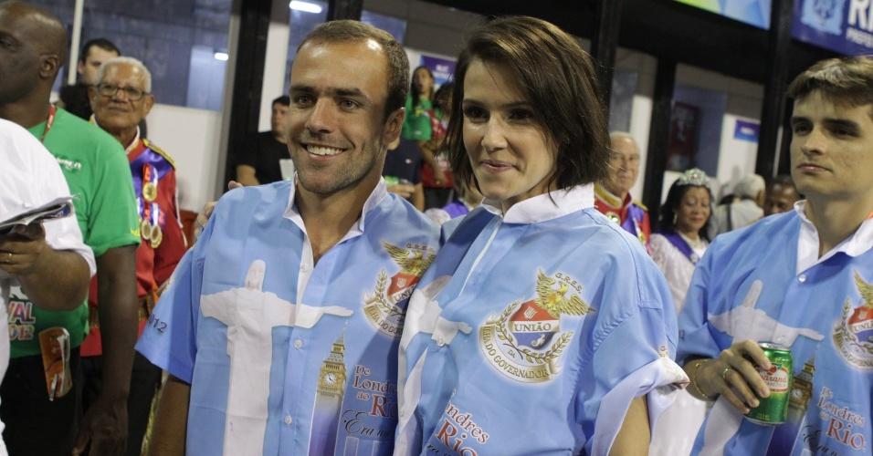 Roger Flores e Deborah Secco desfilam na ala da diretoria da União da Ilha do Governador (20/2/12)